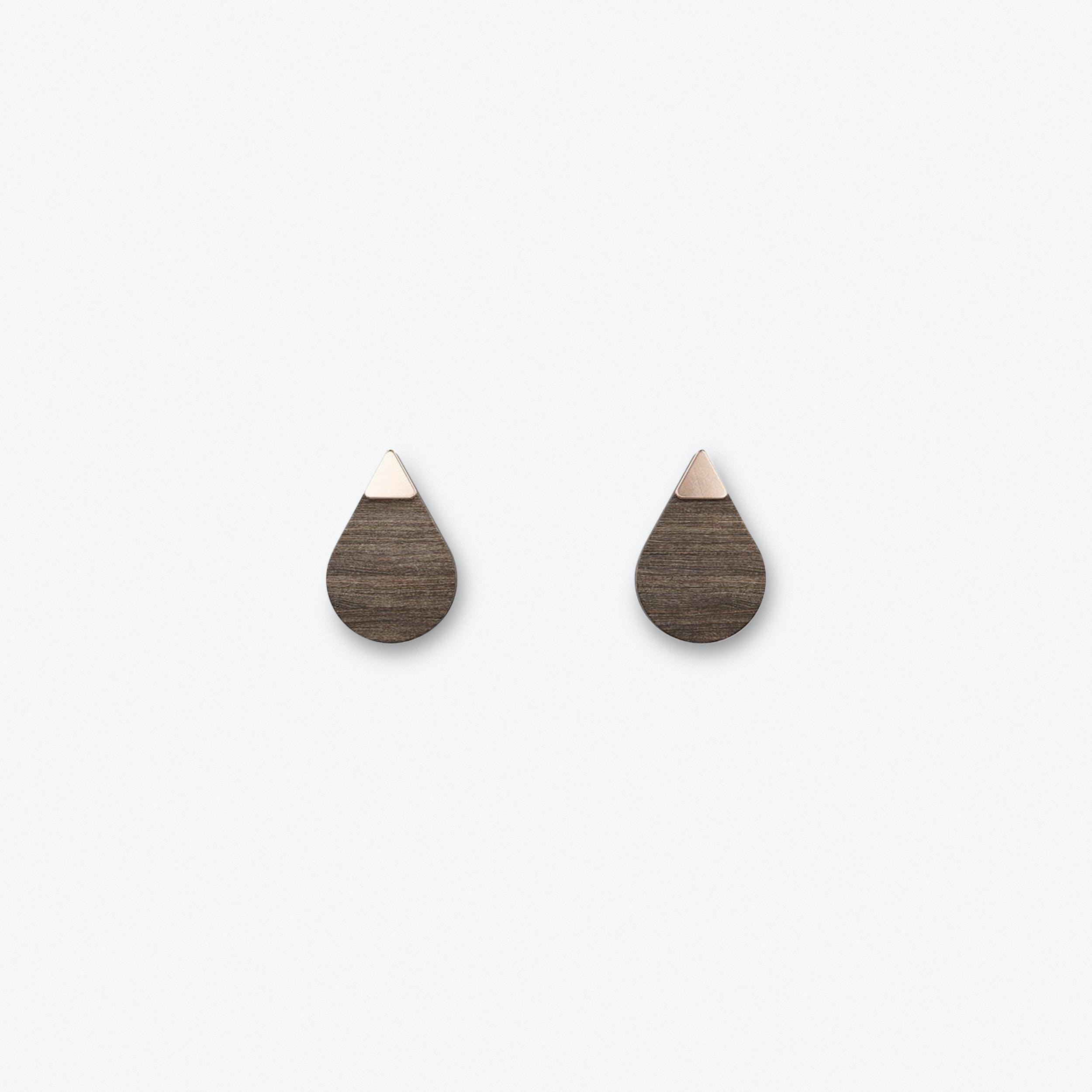 Adjektiv Studs In Dark Wood